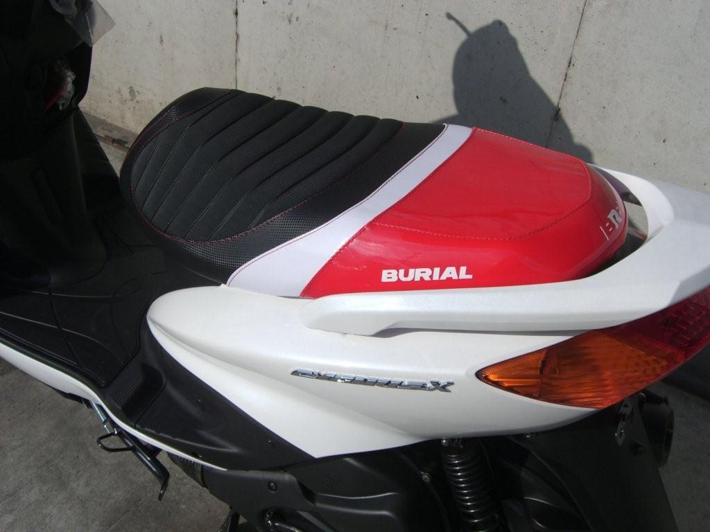 【BURIAL】舊型 Cygnus X用 Sportif 坐墊 紅 - 「Webike-摩托百貨」
