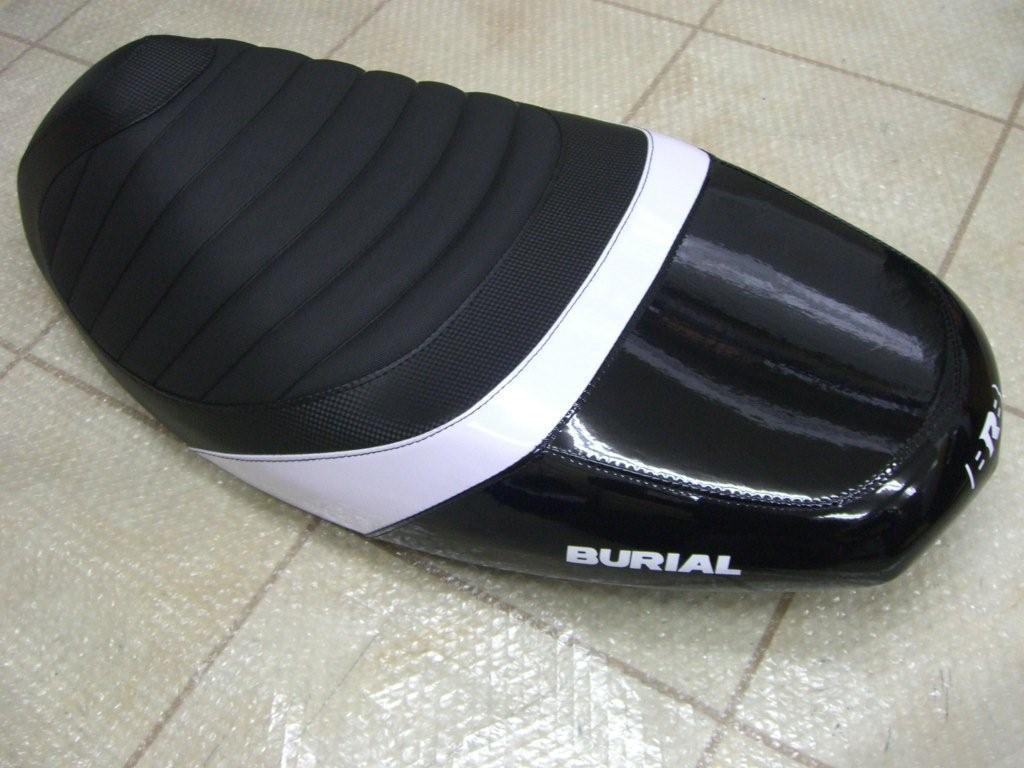 【BURIAL】新型 Cygnus X用 Sportif 坐墊 黑 - 「Webike-摩托百貨」