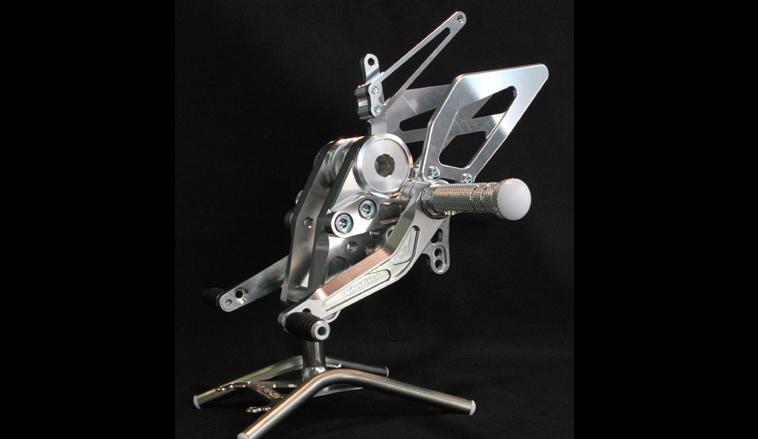 【de LIGHT】4段可調腳踏套件 - 「Webike-摩托百貨」