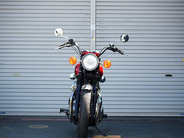 W650 オーダーカスタム仕様となります。タンク同色で制作しますので、他の どの角度も非常に引き立つ…