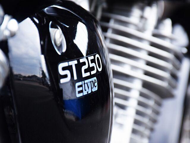 ST250 Eタイプ 低価格で楽しむ間違いないバイク。 ネームがアクセントのサイドカバー