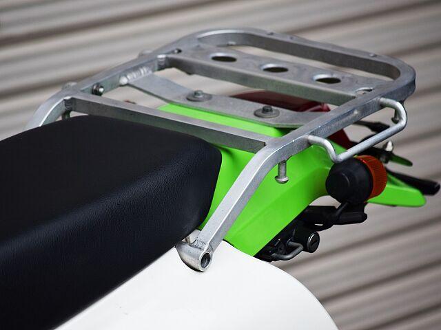 KLX250 オフロードモデルならではの車格。店頭にて是非跨ってみてください☆ アルミ製リアキャリア…