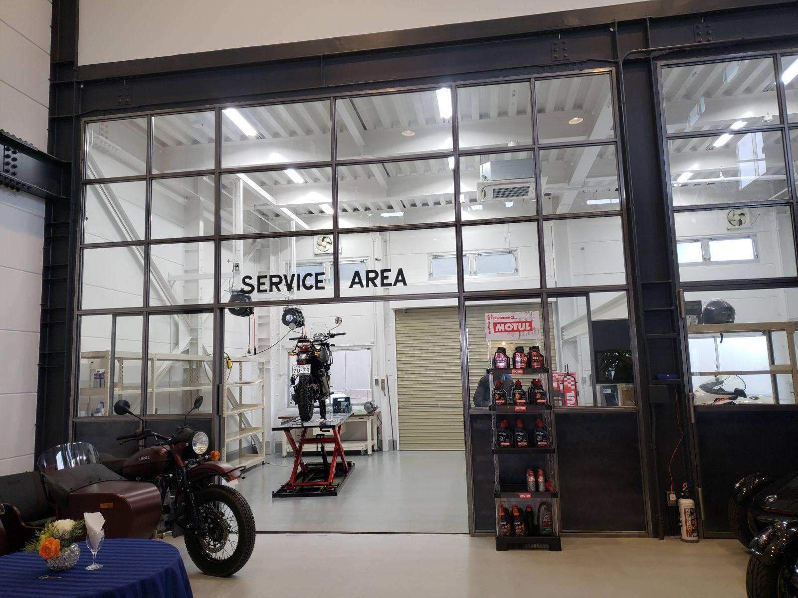 1階 展示スペース&整備工場