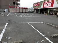 広々とした駐車スペースでお車での