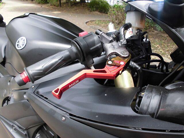 YZF-R6 人気のマッドブラック、プロドラッグチタンマフラー付 ブレンボのハンドル回りも赤くマッド…