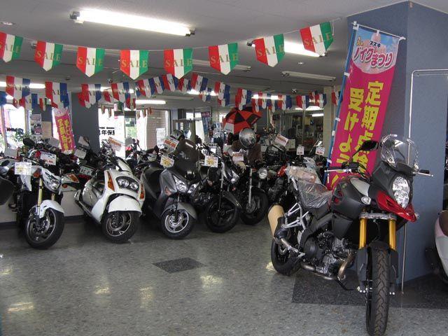 明るい店内に、50〜大型バイクを多数展示