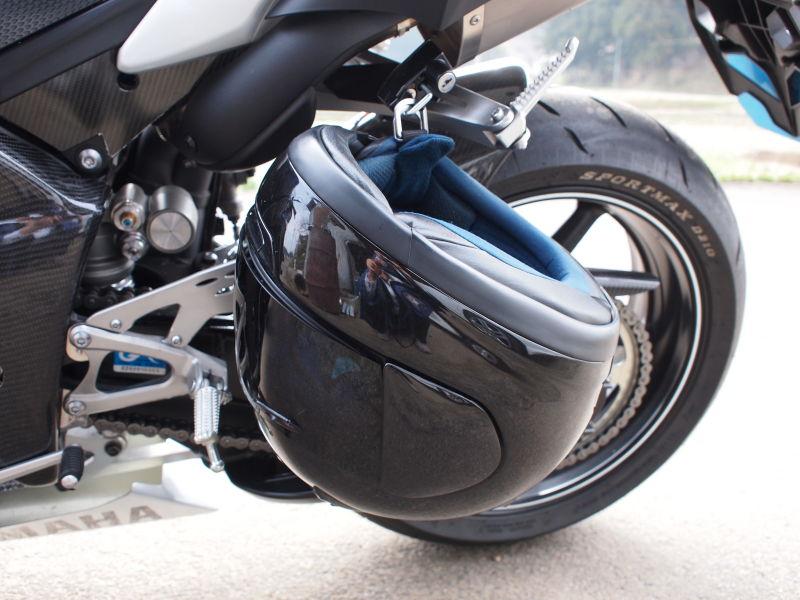 ヘルメットをミラーに掛けるしか置き場所が無かったため、ヘルメットホルダーを購入。取り付ける車種はYZF,R1