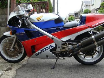 がーべらさん:「VFR750R RC30 フランス仕様」とオーナーレビュー