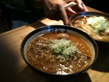 札幌すみれ本店で濃厚味噌ラーメン | Webikeツーリング