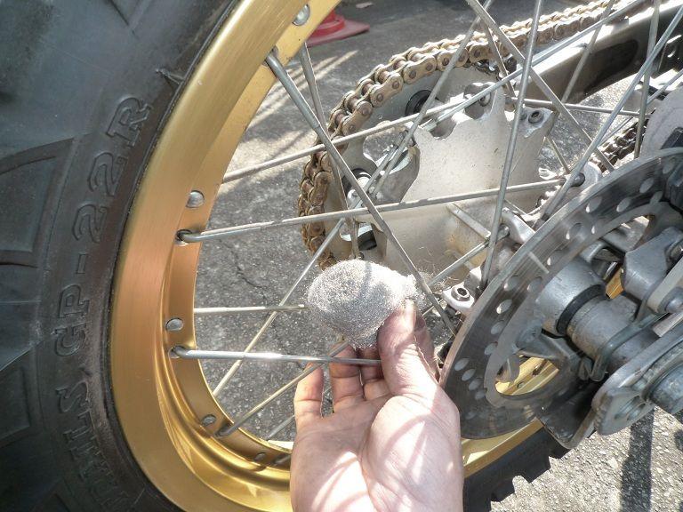 スポーク 磨き バイク バイクのタイヤホイールのスポークが錆びているので、磨いてピカピカにし