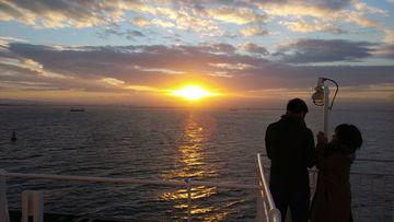 フェリー上の初日の出,幸せそうなカップル,いいね! | Webikeツーリング