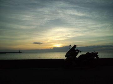 日本海に昇る朝日 | Webikeツーリング