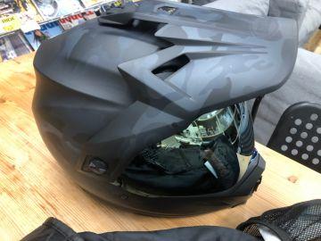 海外ヘルメットは頬で被る
